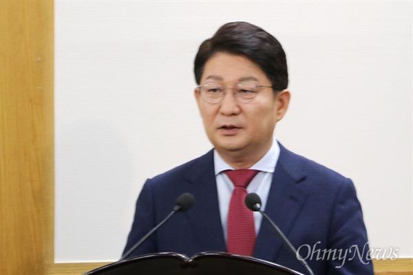 권영진 대구시장이 8일 오후 대구시의회에서 열린 제262회 임시회에서 시의원들의 질의에 대해 답변하고 있다.