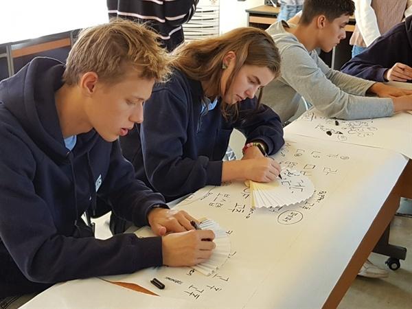붓글씨 부채 만들기 체험 중인 류이슨스틴 공립고등학교 학생들 부채에 한글로 이름을 쓰고 있는 류이슨스틴 공립고등학교 학생들