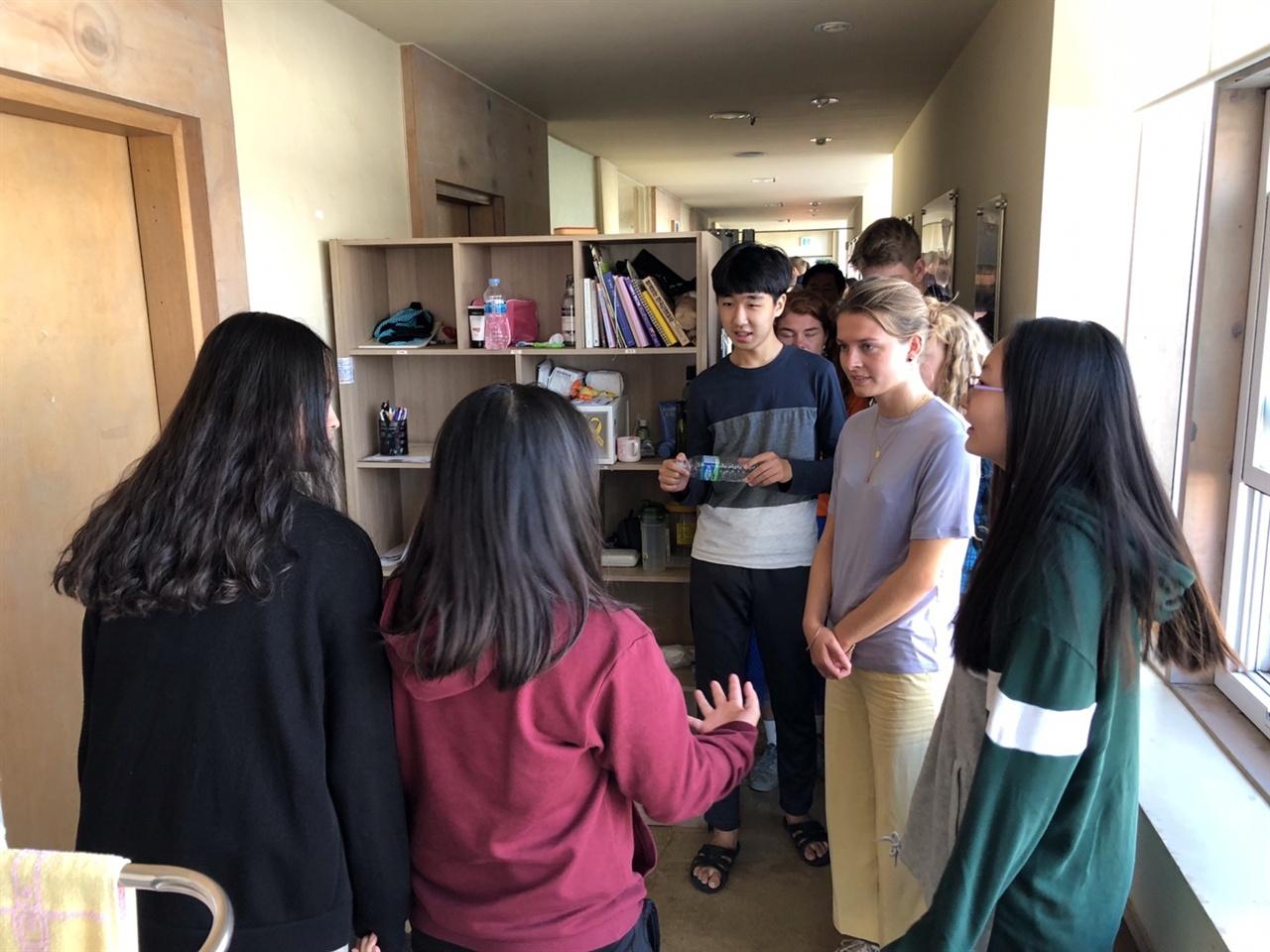 꿈틀리인생학교 학생들이 류이슨스틴 공립 고등학교 학생들에게 꿈틀리인생학교를 설명해주고 있다.