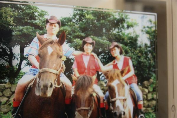 숨지기전가족여행을약속했던고김종길씨.결국약속을지키지못했다.사진은생전가족여행사진모습.