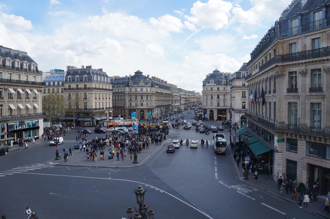 오페라 가르니에의 발코니에서 바라본 파리 시가지의 모습