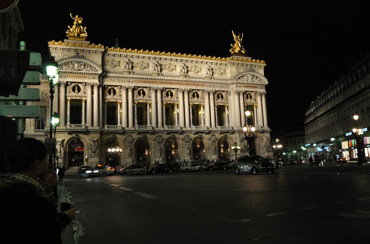 오페라광장의 어둠은 한층 짙어졌지만 조명을 받은 오페라 가르니에는 오히려 화려하게 빛나고 있었다