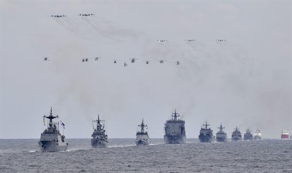 2018 해군 국제관함식 해상사열 지난 9일 제주 인근 해상에서 2018 해군 국제관함식 해상사열 리허설이 열렸다. 왼쪽부터 대조영함(DDH-977), 광개토대왕함(DDH-971), 대구함(FFG-818), 소양함(AOE-51), 천왕봉함(LST-686), 남포함(MLS-570), 광양함(ATS-32), 청해진함(ASR-21), 해-5002, 아라온, 김창학함(PKG-272). 2018.10.10 [해군 제공]