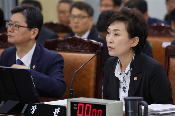 김현미 국토교통부 장관이 10일 세종시 정부세종청사 국토교통부에서 열린 국회 국토교통위원회 국정감사에서 의원들의 질의에 답변하고 있다.