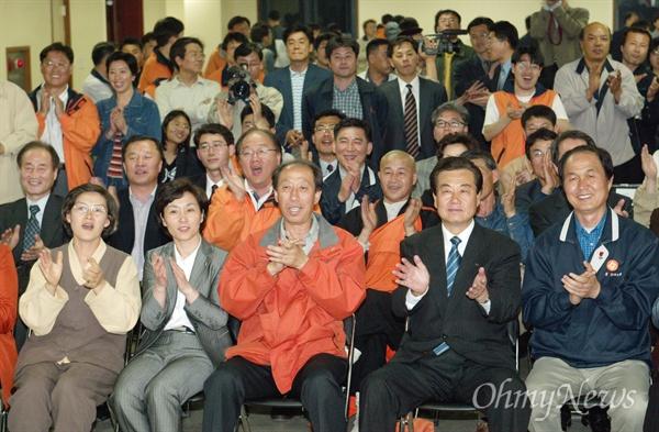 2004년 4월 16일 총선 전날(4월 15일), 민주노동당 관계자들이 개표방송을 보고 있는 모습.