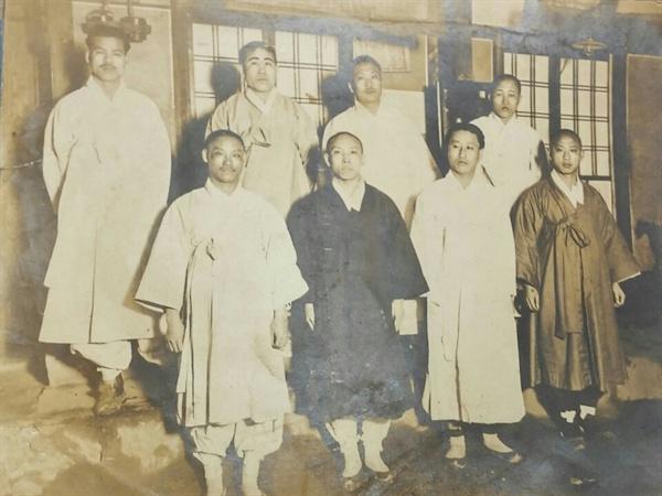 출소한 독립운동가들 1930년 출소 후 동지들과 함께(뒷줄 왼쪽 세 번째가 정상윤)