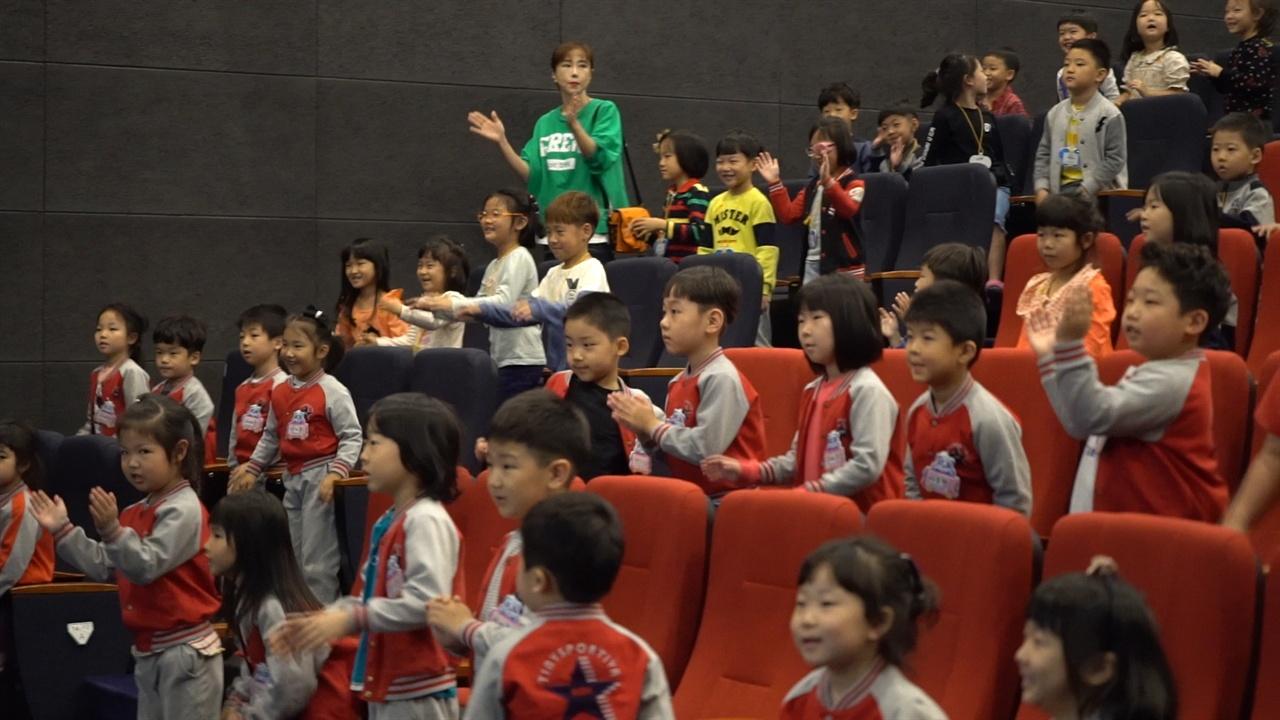 어린이 관객들로 가득찬 극장에서 진행되고 있는 커뮤니티 비프 '비프랑 키즈랑'