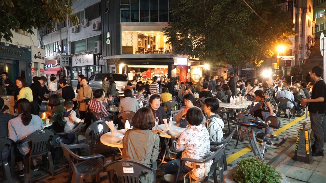 부산 중앙동 40계단 진행된 '시네객잔' 거리포차 파티