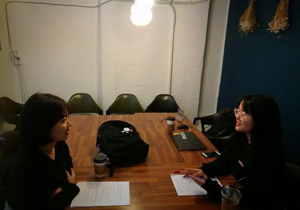 인터뷰를 진행하고 있는 오예진 용화여고성폭력뿌리뽑기위원회 위원장(좌)