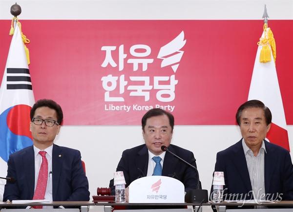 자유한국당 김병준 비상대책위원장이 11일 오전 서울 영등포 당사에서 비상대책위원회의를 주재하고 있다.
