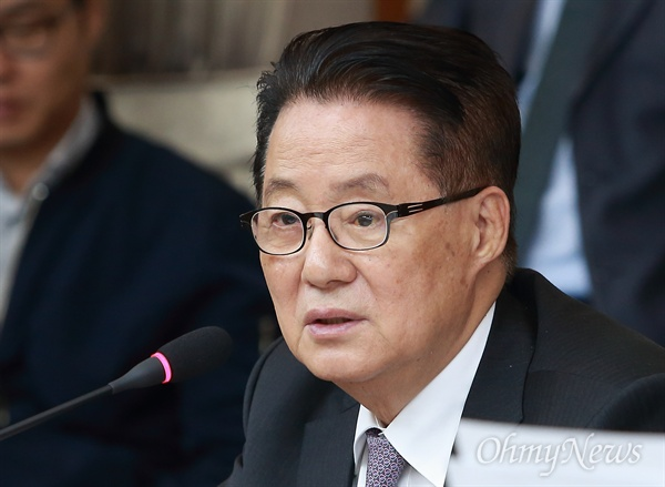 질의하는 박지원 의원 박지원 민주평화당 의원이 11일 오전 종로구 헌법재판소에서 열린 법사위 국정감사에서 질의하고 있다.
