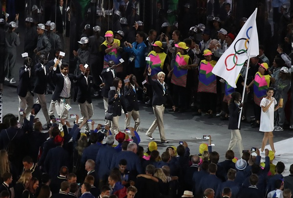 2016 리우 하계 올림픽 개회식에 난민 대표팀이 올림픽 깃발을 들고 등장하고 있다.