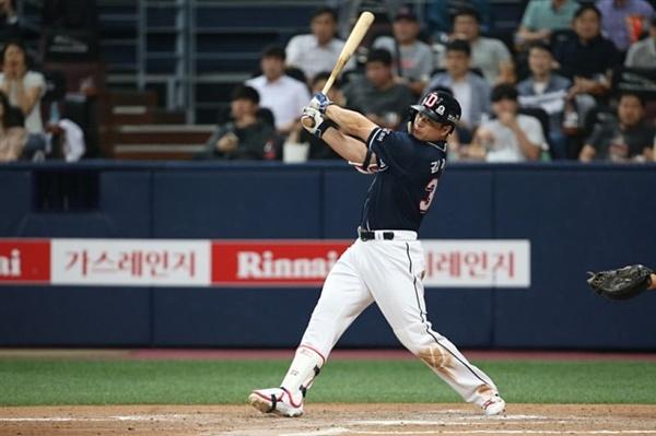지난 6월 6일 고척스카이돔에서 열린 넥센 히어로즈와의 경기에서 김재환이 큼지막한 홈런 타구를 날리고 있다