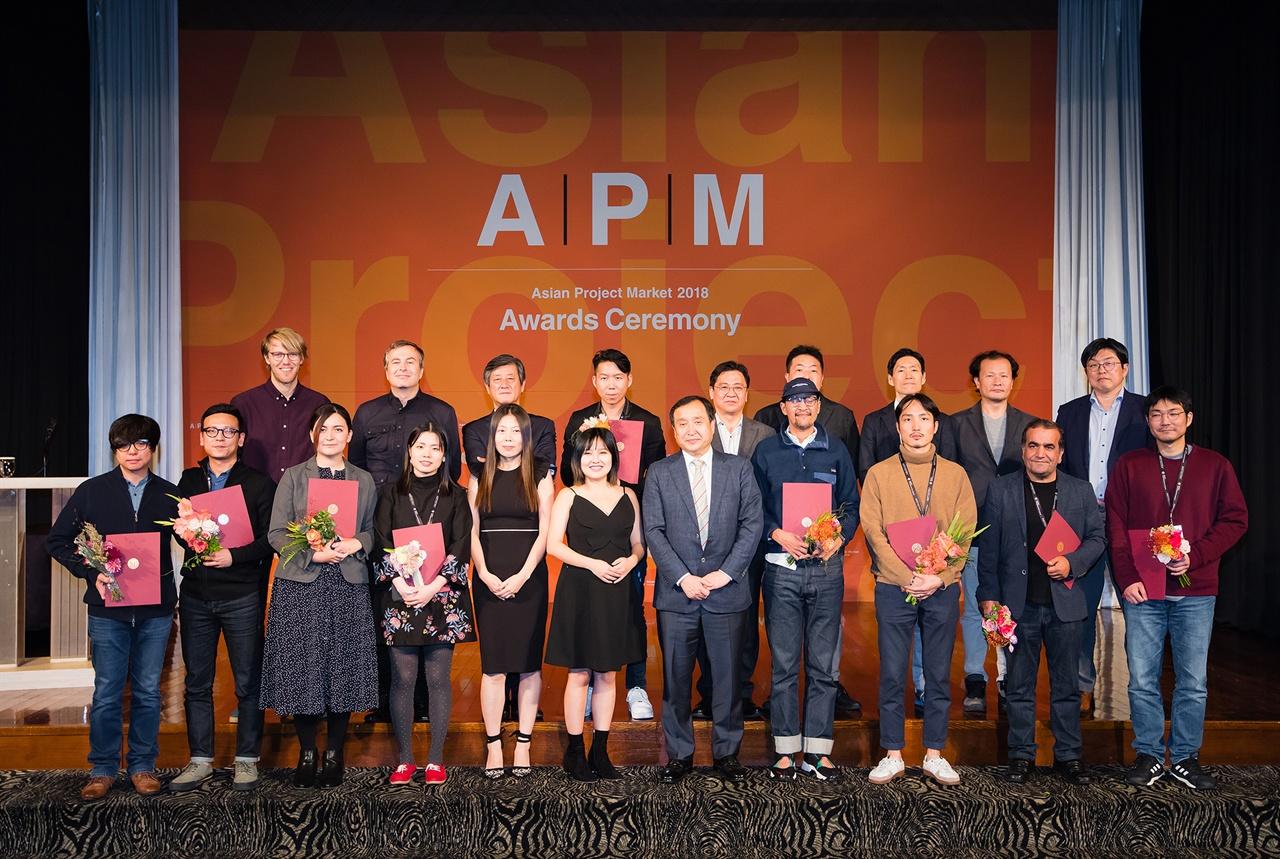 지난 9일 끝난 아시아필름마켓 행사 내 아시아프로젝트마켓 시상식에서 함께 자리한 전양준 집행위원장과 수상자들