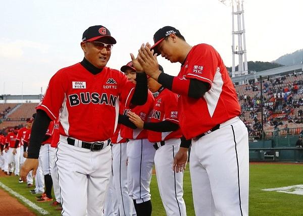 롯데 조원우 감독과 주장 이대호가 하이파이브를 하는 모습. 그들은 올 시즌 마지막에 웃을 수 있을까?