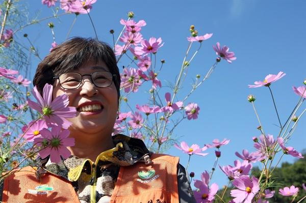 코스모스 활짝 핀 향림도시농업체험원에서 가을을 즐기고 있는 서주봉 대표