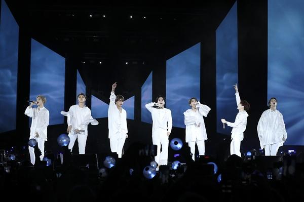 뉴욕 시티필드 무대에 선 방탄소년단 세계적 케이팝 그룹 방탄소년단(BTS)이 6일 밤(현지시간) 미국 뉴욕의 시티필드에서 '러브 유어셀프'(Love Yourself) 북미투어의 대미를 장식하는 피날레 공연을 하고 있다.
