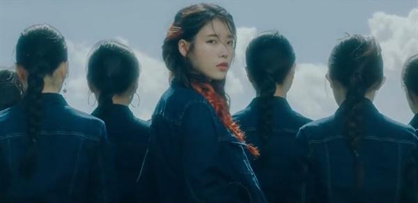 아이유 아이유의 신곡 '삐삐' 뮤직비디오의 한 장면