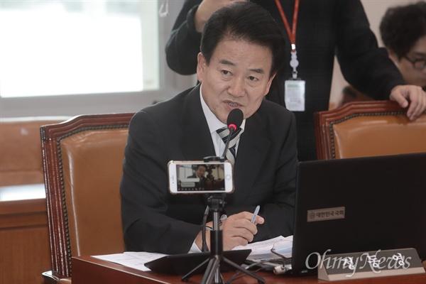 정동영 민주평화당 대표가 11일 오후 서울 여의도 국회에서 열린 국토교통위원회 국정감사에 참석해 박상우 한국토지주택공사(LH) 사장에게 질의하고 있다.
