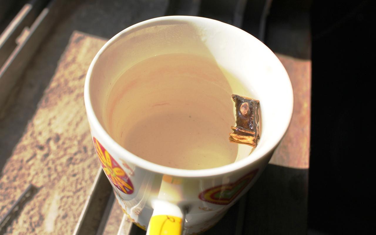 작두콩차 컵에 차로 우려낸 작두콩차. 맛이 은은하고 구수했습니다. 비염에 그렇게도 좋다고 하니, 내 아내에게 오늘 밤에는 점수를 좀 딸 수 있을 것 같습니다.