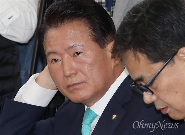 국감 지켜보는 김한표 의원 김한표 자유한국당 의원이 11일 국회에서 열린 교육위원회 교육부 국정감사에 참석하고 있다.