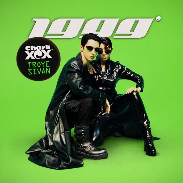 신예 팝 뮤지션 찰리 XCX와 트로이 시반이 함께 발표한 싱글 '1999'는 밀레니엄 세대의 향수를 자극한다.