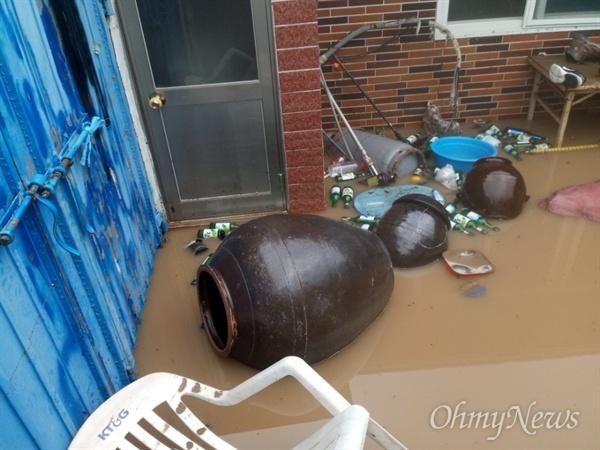지난 6일 태풍 '콩레이'의 영향으로 많은 비가 내린 경북 영덕군 강구면 오포리 이종학씨의 집 마당에 빗물이 침수되면서 항아리가 넘어져 있다.