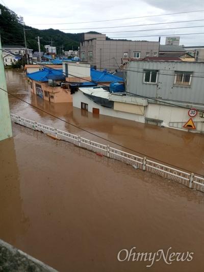 지난 6일 발생한 태풍 '콩레이'의 영향으로 경북 영덕군 강구면 오포리 일대 마을 집들이 침수돼 있다.