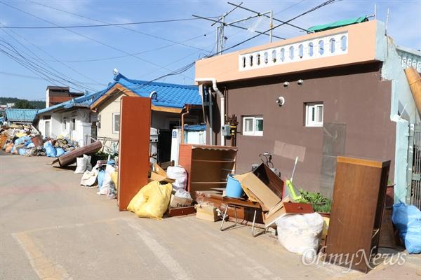태풍 '콩레이'의 영향으로 많은 비가 내리면서 침수된 경북 영덕군 강구면 오포리 마을. 침수된 가재도구들을 주민들이 도로에 내놓고 말리고 있다.