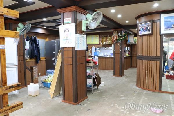 지난 6일 발생한 태풍 '콩레이'의 영향으로 침수돼 쑥대밭이 되다시피 한 경북 영덕군 강구시장의 한 식당 내부.