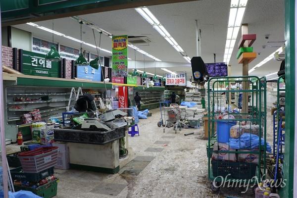 경북 영덕군 강구시장의 한 마트 안. 지난 6일 태풍 콩레이가 지나가면서 많은 비가 내려 마트 안이 침수됐다.