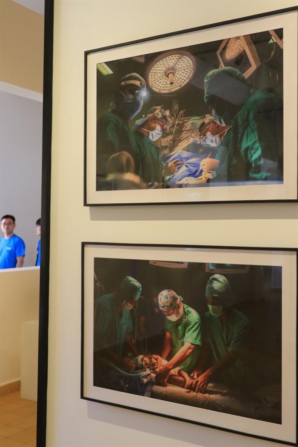 수도 프놈펜 칸타보타 병원 내 비트 리쉬너 박사 기념 사진전시실. 비트 리쉬너 박사가 어린이 환자를 수술하는 모습을 담은 사진이 보인다.