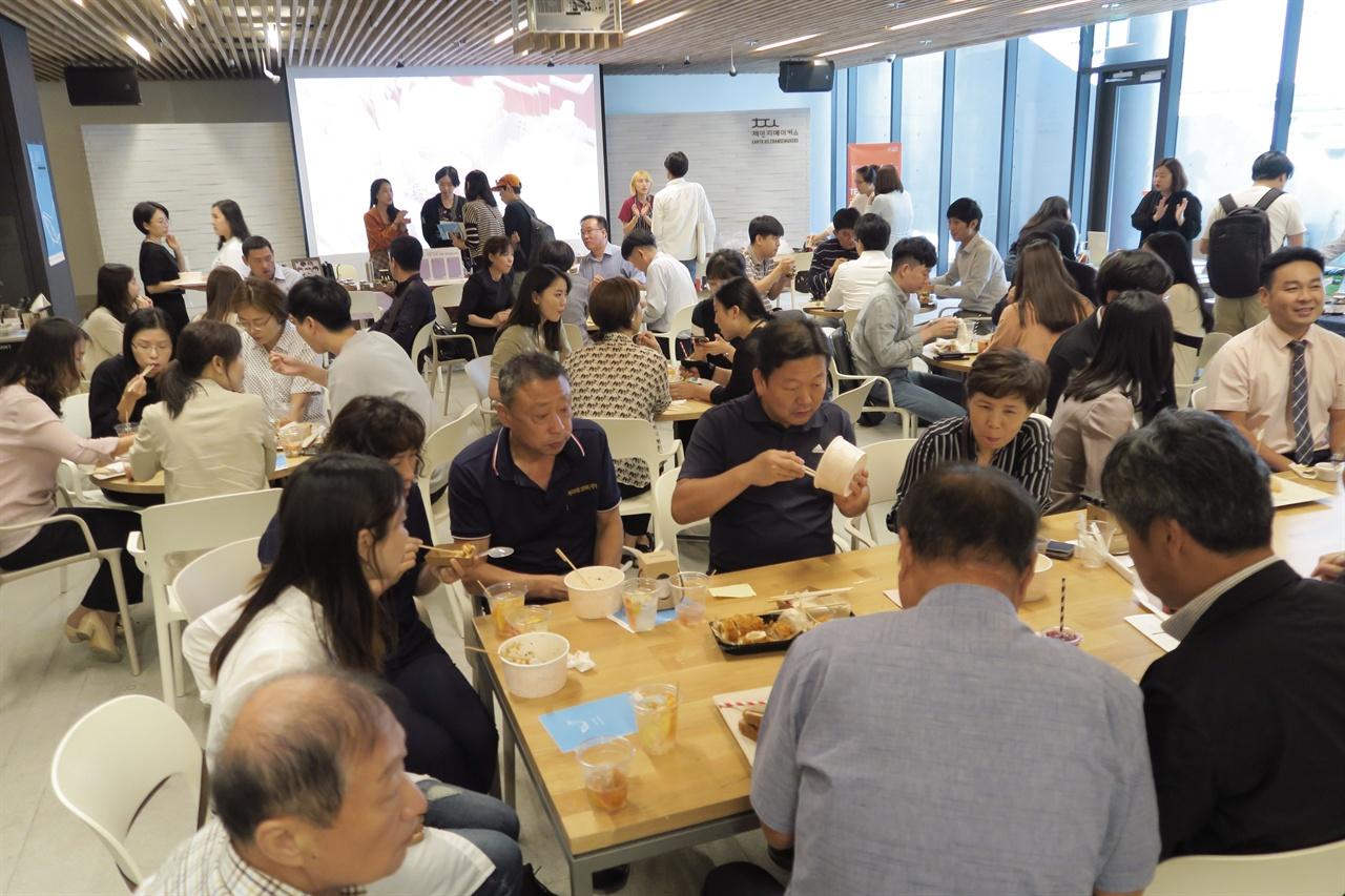 티피들이 만든 음식을 맛 보는 참가자들.