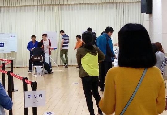 19대 대선 사전투표 19대 대선 여수의 한 사전투표소에서 투표하는 선거인들