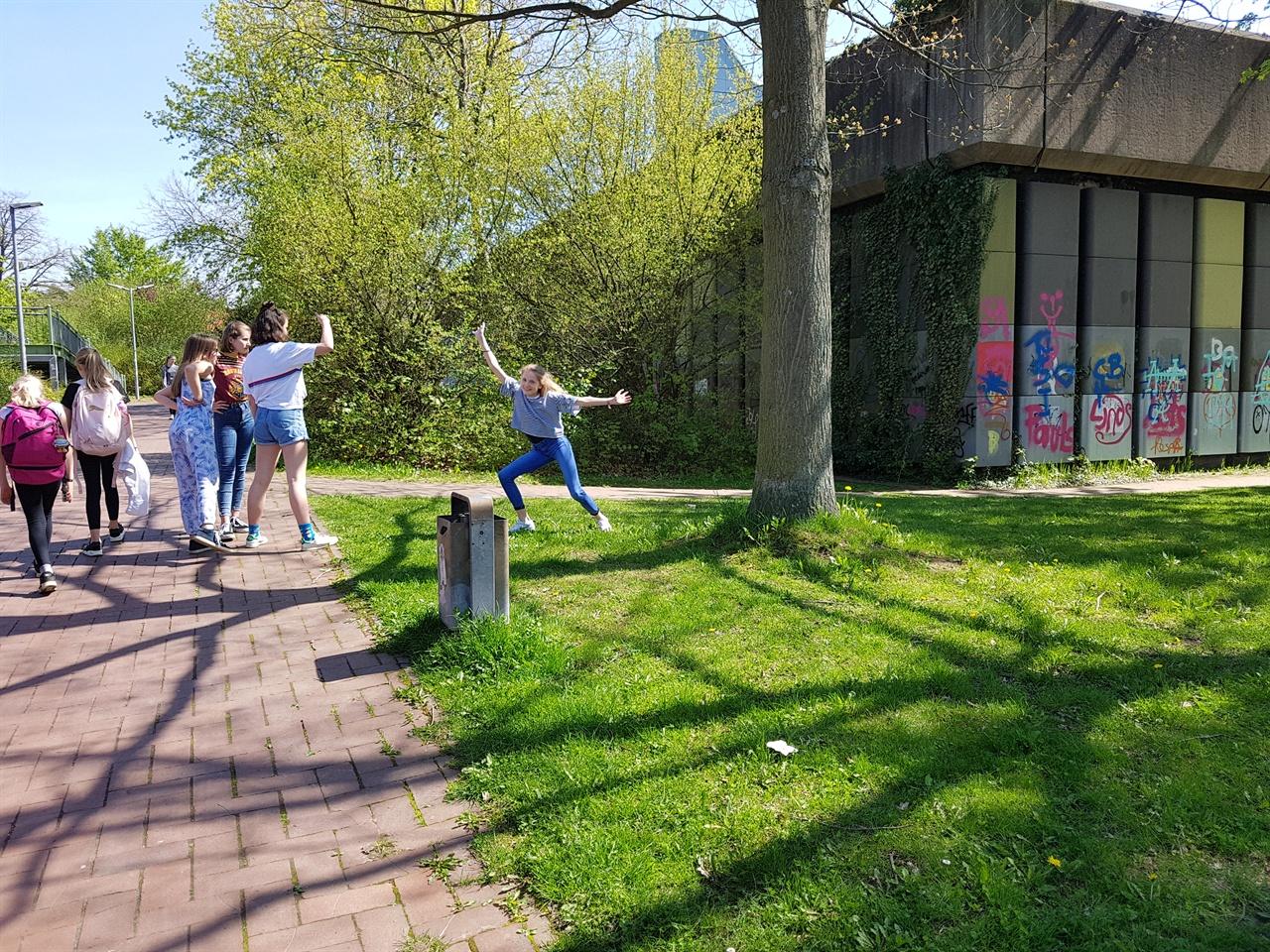 """""""괴팅겐 통합학교"""" 독일 괴팅겐 통합학교에 들어서자 학생들이 해맑게 뛰놀고 있다."""