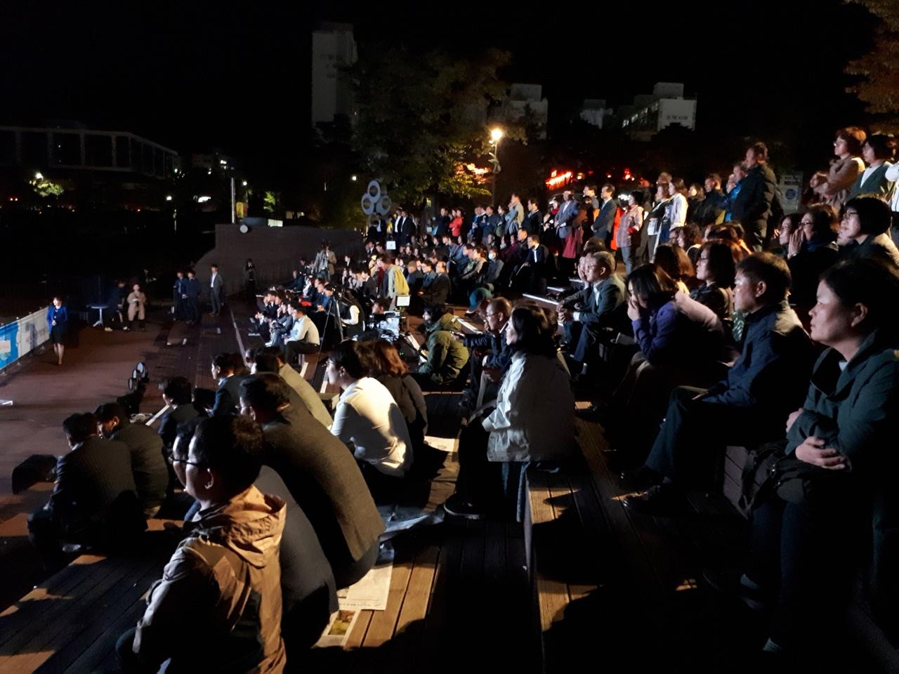 시장의 정책 발표를 듣는 시민들 조례호수공원 수변무대에서 열린 광장토론에서 시민들이 허석시장의 정책 발표에 대해 듣고 있다.