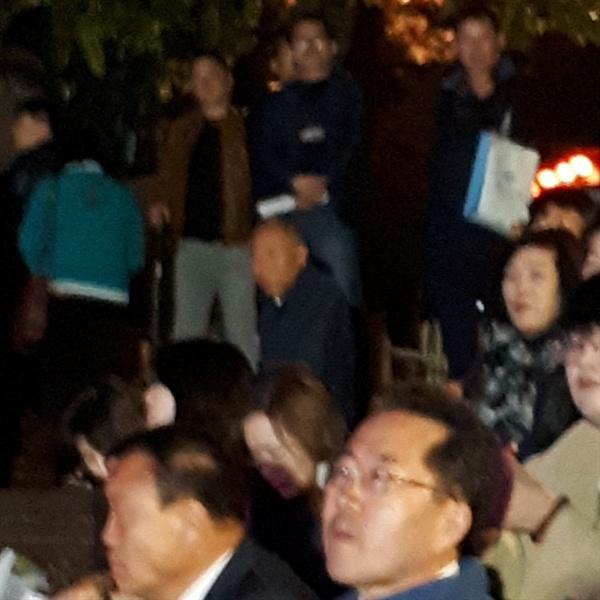시민들과 함께 있는 허석 순천시장 10일 열린 취임 100일 기념 광장토론회 행사를 앞두고 허석 순천시장이 수변무대 계단에 시민들과 함께 앉아 식전 공연을 감상하고 있다.