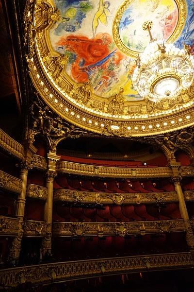 샤갈의 천장화가 인상적인 오페라 극장