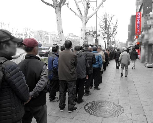 무료급식을 기다리는 노인들 종로3가역 앞 천사무료급식소에서 무료급식을 하기 위해 기다리는 노인들