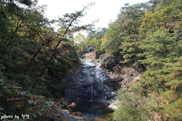 만휴정 풍경 만휴정은 안동시 길안면 묵계 마을의 송암동천에 있다.