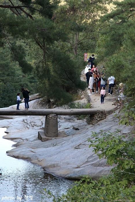 만휴정  미스터션샤인이 방송된 후 만휴정을 찾은 관광객들이 다리에서 사진을 찍기 위해 길게 줄을 서 있다.
