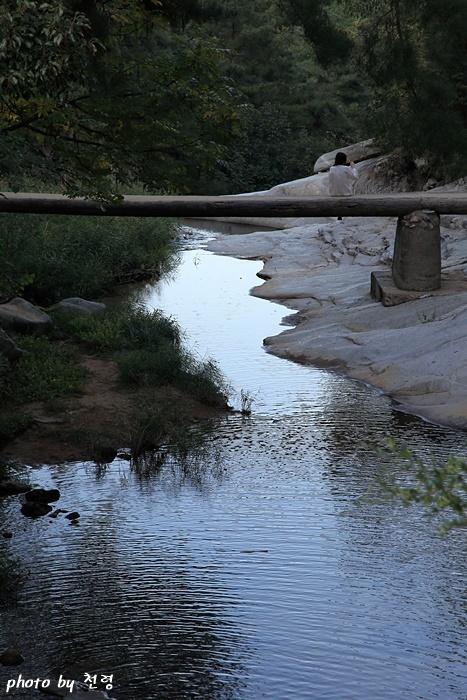 만휴정 지금은 다리가 놓였지만 예전엔 다리 옆 돌계단을 통해 오솔길로 드나들었다.