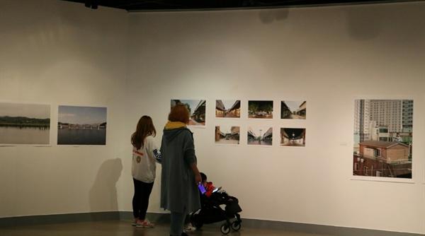 경기아카이브사진연구회의 <여주 이천 프로젝트 >사진 전시회에서 시민이 이광순 사진가의 <여주 프리미엄아울렛>을 관람하고 있다.