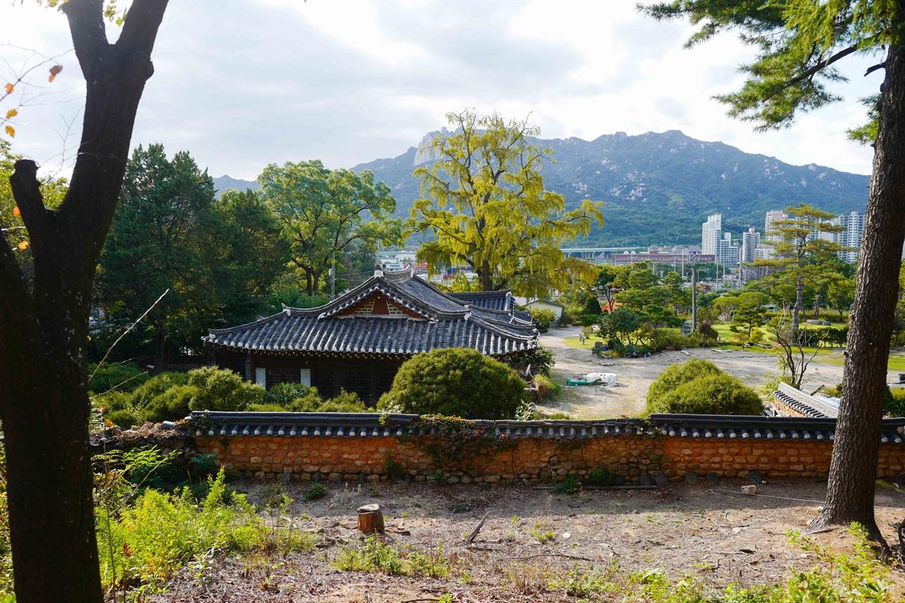 서계 박세당 고택 전경 묘역에서 바라본 고택 전경, 앞으로 도봉산이 한 눈에 보이고  뒤로 수락산이 감싸고 있다.