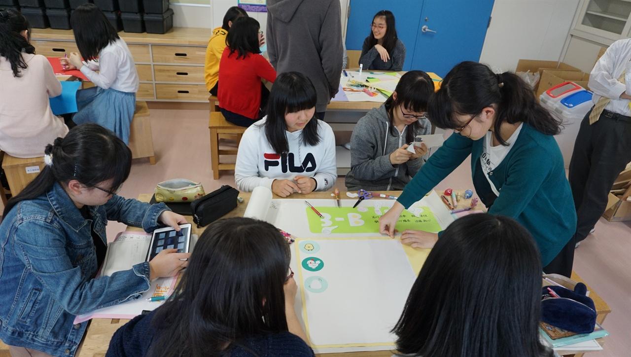 """""""IB 수업 장면"""" 공교육에 국제 바칼로레아를 도입한 일본 삿포로의 가이세이 중등교육학교 가사 수업 장면."""