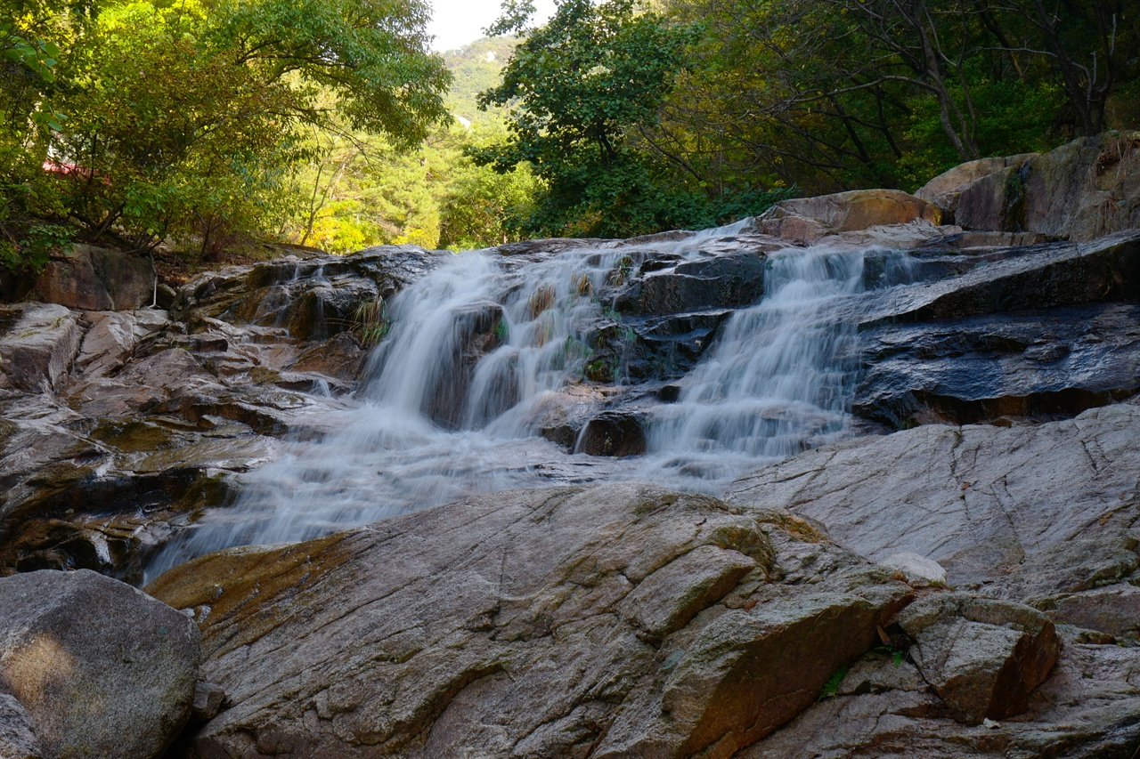수락산 단풍 바위로 이루어진 수락산에는 크고 작은 샘물과 샘물이 쏟아지는 폭포수, 계곡물이 고인 작은 연못들이 많다.