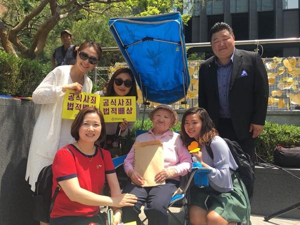 수요시위 참석자들과 사진을 찍은 홍일씨