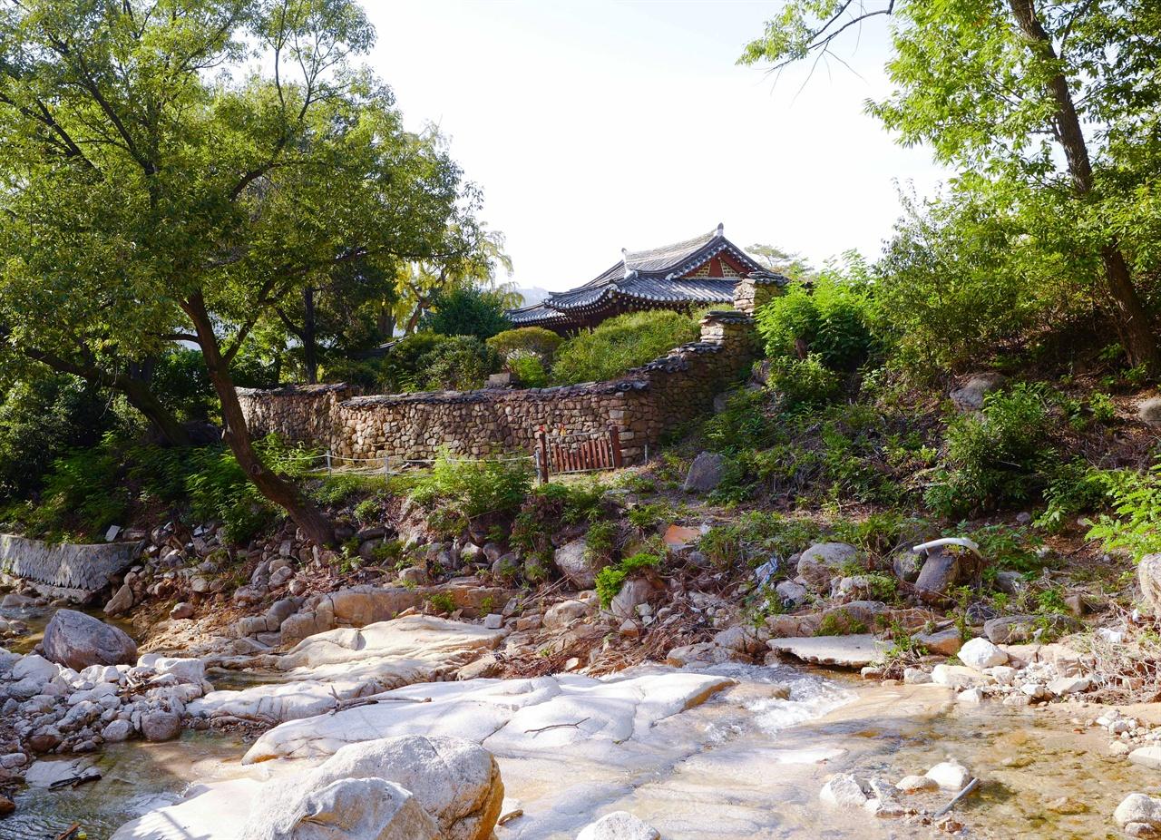 서계 박세당 고택  고택과 계곡의 어우러짐이 고혹적이다. 서계는 수락산 계곡을 샘물과 돌이 어우러진 곳이라는 뜻으로 석천동이라 불렀다.