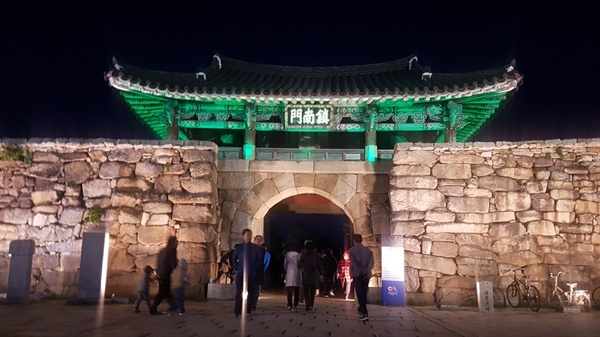 깊어가는 가을 제17회 서산 해미읍성축제가 '조선시대 탱자성을 만나다'라는 주제로 해미읍성에서 12일 화려하게 개막했다.