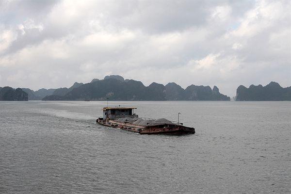 하롱베이 섬 사이로 바지선들이 운항하고 있는모습